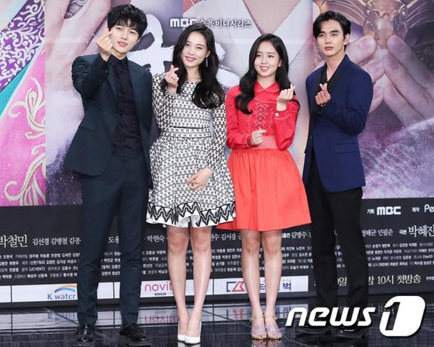 Yoo Seung Ho và L đứng cạnh nhau thôi cũng khiến fan đau đầu, Kim So Hyun mặt tròn vẫn xinh - Ảnh 21.