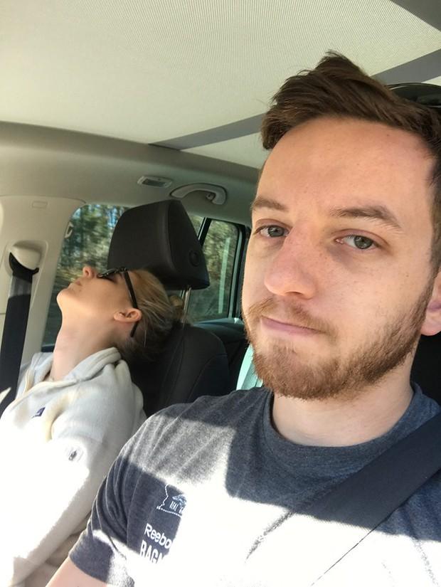 Ông chồng có tâm nhất năm: Cứ nhằm lúc vợ ngủ ngáy trên xe là chụp ảnh rồi khoe khắp mạng xã hội - Ảnh 21.