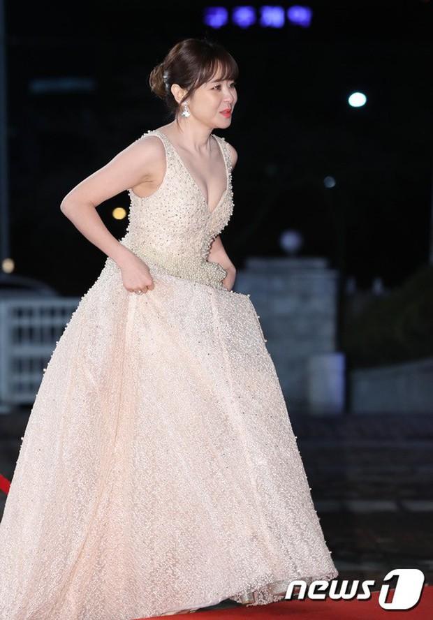 Thảm đỏ KBS Drama Awards: Kim Ji Won gây sốc.. vì quá đẹp, Jang Nara đọ sắc với Kim So Hyun và dàn chị đại không tuổi - Ảnh 21.