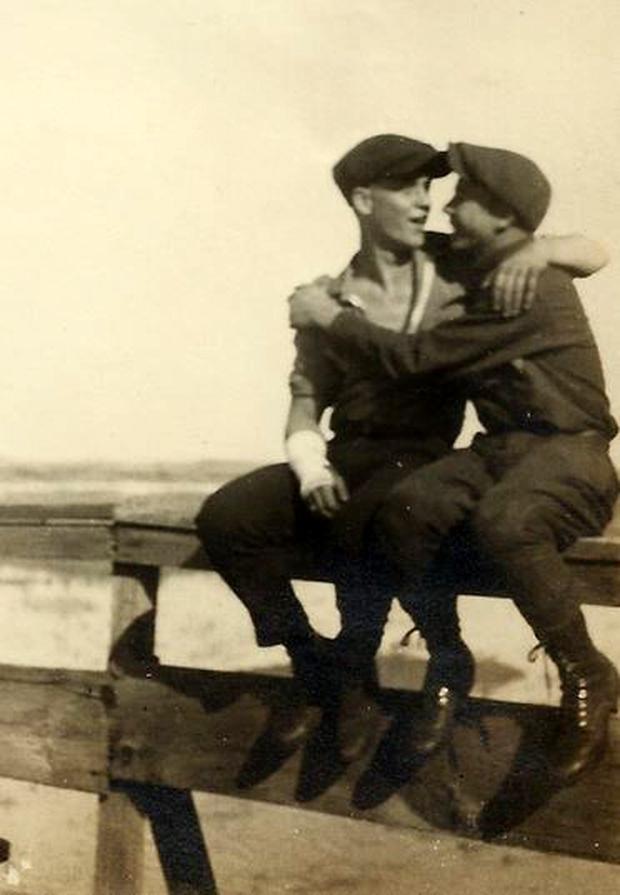 Những bức ảnh LGBT từ hàng trăm năm qua: Đồng tính chưa bao giờ là bệnh và thời nào cũng có cả - Ảnh 13.