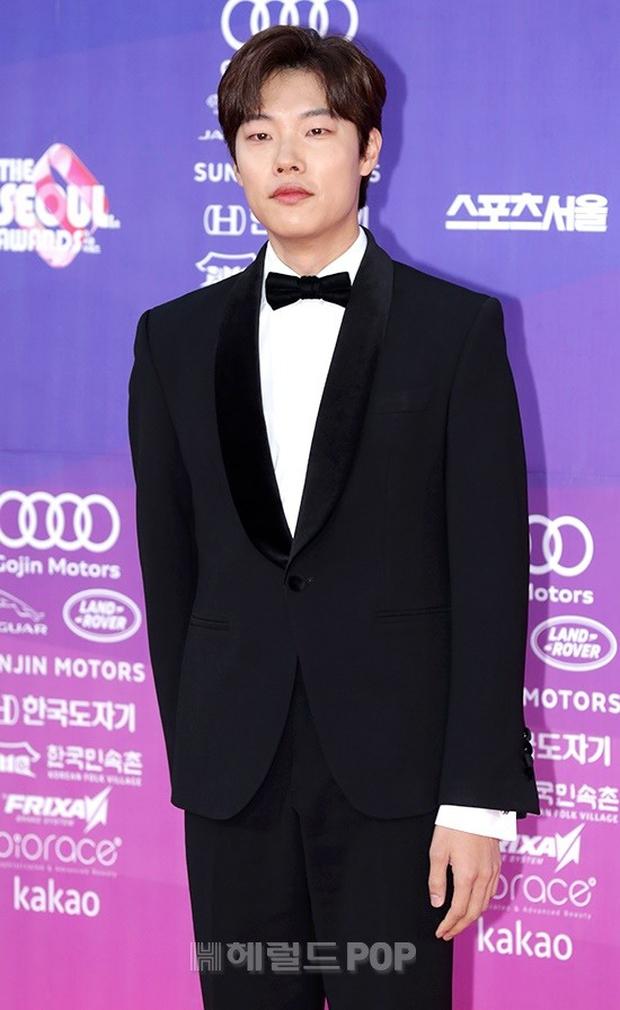 """Thảm đỏ The Seoul Awards: """"Hoa hậu Hàn đẹp nhất thế giới"""" chiếm hết spotlight, Yoona (SNSD) liên tục dùng tay che vòng 1 khiêm tốn - Ảnh 22."""