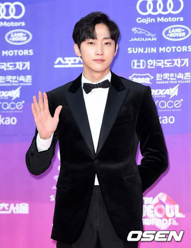 """Thảm đỏ The Seoul Awards: """"Hoa hậu Hàn đẹp nhất thế giới"""" chiếm hết spotlight, Yoona (SNSD) liên tục dùng tay che vòng 1 khiêm tốn - Ảnh 23."""