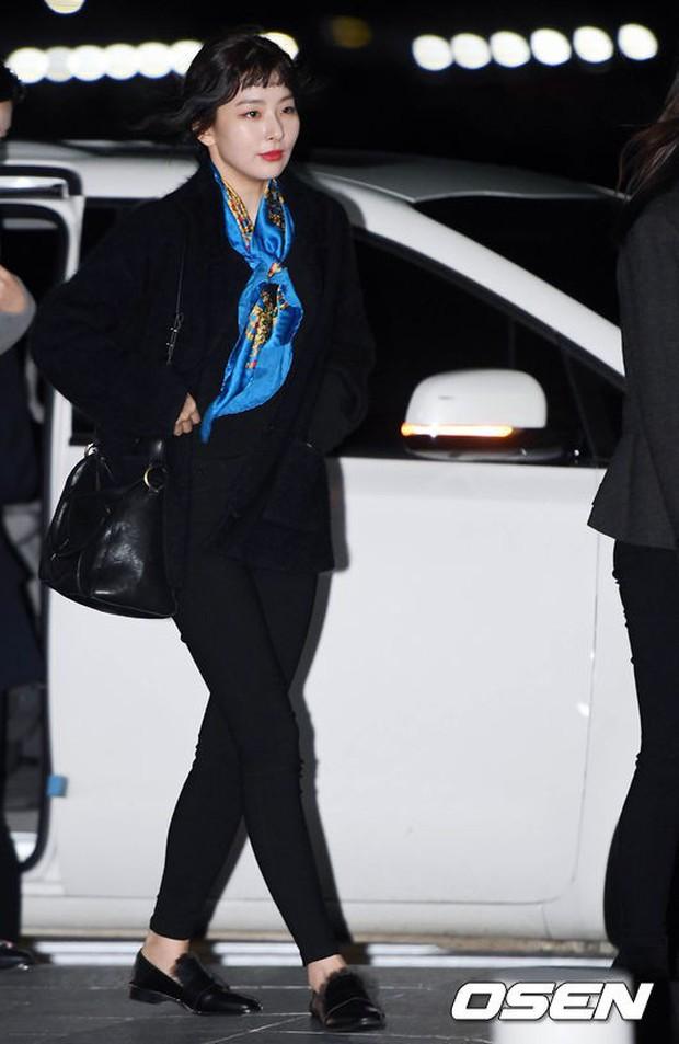 Jessica trở lại thời kỳ đỉnh cao nhan sắc nhưng lại lộ chân tong teo, Sunmi cùng dàn sao Hàn đổ bộ sân bay - Ảnh 23.