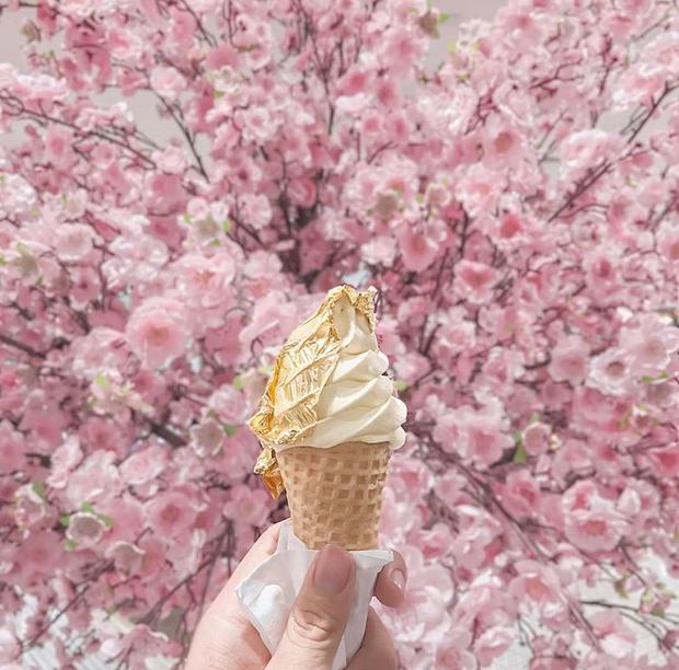 Giá tận 150k/ cây nhưng giới trẻ Sài Gòn vẫn đổ xô nhau đi thử kem dát vàng 24k! - Ảnh 2.