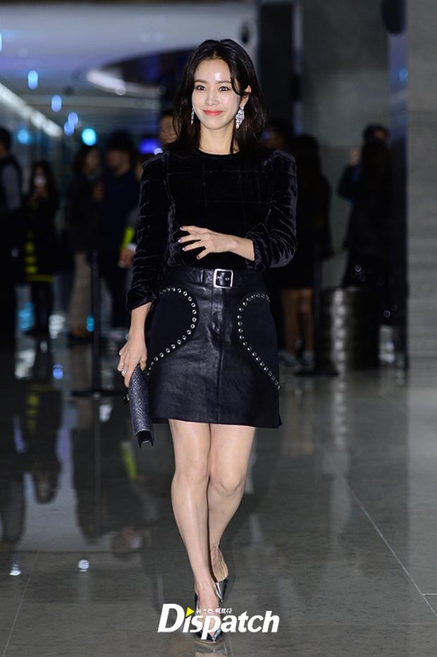"""Sự kiện hiếm có: """"Mẹ Kim Tan"""" Kim Sung Ryung hở bạo, cùng dàn mỹ nhân không tuổi thay nhau """"đè bẹp"""" các nhan sắc đàn em - Ảnh 24."""