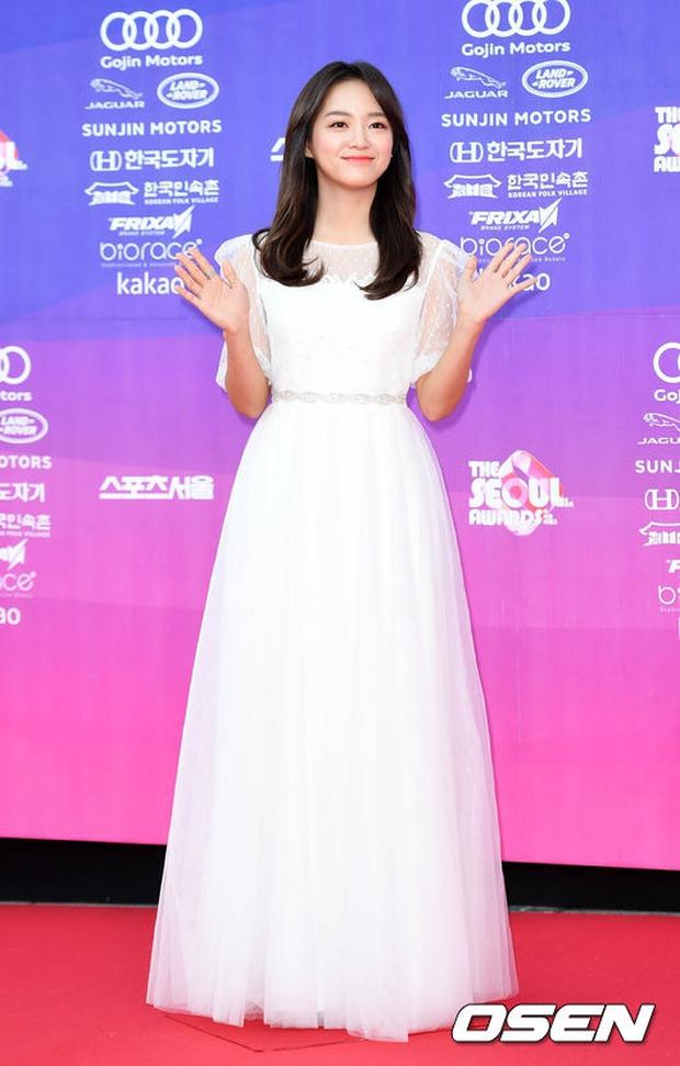"""Thảm đỏ The Seoul Awards: """"Hoa hậu Hàn đẹp nhất thế giới"""" chiếm hết spotlight, Yoona (SNSD) liên tục dùng tay che vòng 1 khiêm tốn - Ảnh 24."""