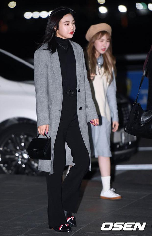 Jessica trở lại thời kỳ đỉnh cao nhan sắc nhưng lại lộ chân tong teo, Sunmi cùng dàn sao Hàn đổ bộ sân bay - Ảnh 24.