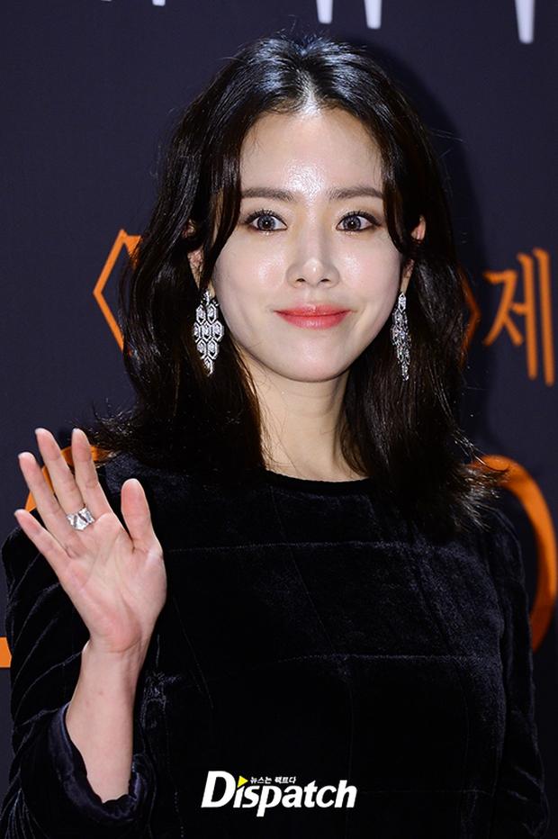 """Sự kiện hiếm có: """"Mẹ Kim Tan"""" Kim Sung Ryung hở bạo, cùng dàn mỹ nhân không tuổi thay nhau """"đè bẹp"""" các nhan sắc đàn em - Ảnh 25."""