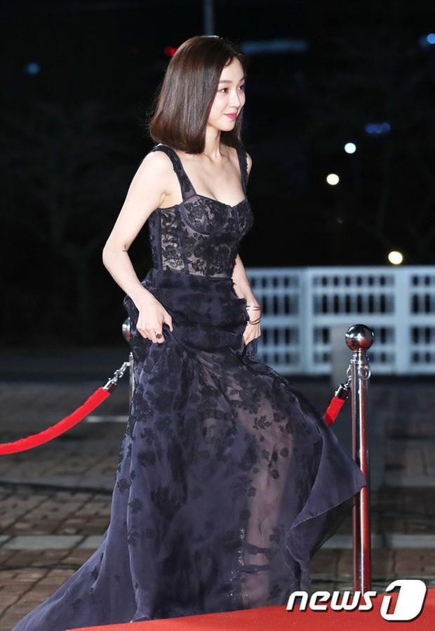 Thảm đỏ KBS Drama Awards: Kim Ji Won gây sốc.. vì quá đẹp, Jang Nara đọ sắc với Kim So Hyun và dàn chị đại không tuổi - Ảnh 25.