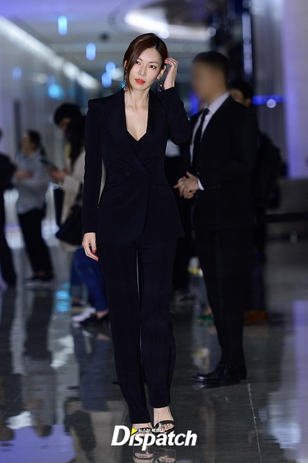 """Sự kiện hiếm có: """"Mẹ Kim Tan"""" Kim Sung Ryung hở bạo, cùng dàn mỹ nhân không tuổi thay nhau """"đè bẹp"""" các nhan sắc đàn em - Ảnh 26."""