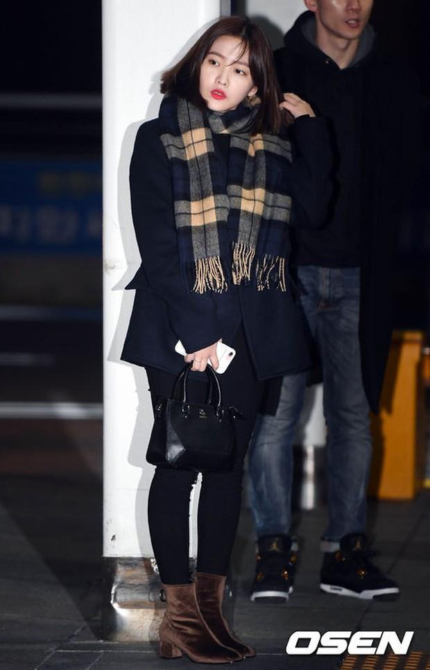 Jessica trở lại thời kỳ đỉnh cao nhan sắc nhưng lại lộ chân tong teo, Sunmi cùng dàn sao Hàn đổ bộ sân bay - Ảnh 26.