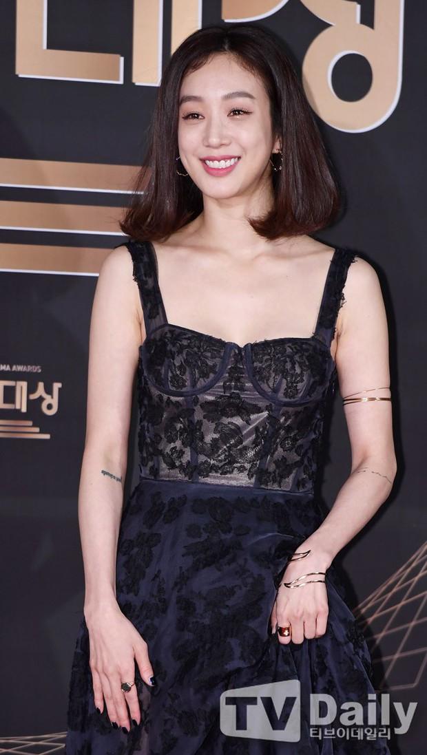 Thảm đỏ KBS Drama Awards: Kim Ji Won gây sốc.. vì quá đẹp, Jang Nara đọ sắc với Kim So Hyun và dàn chị đại không tuổi - Ảnh 26.