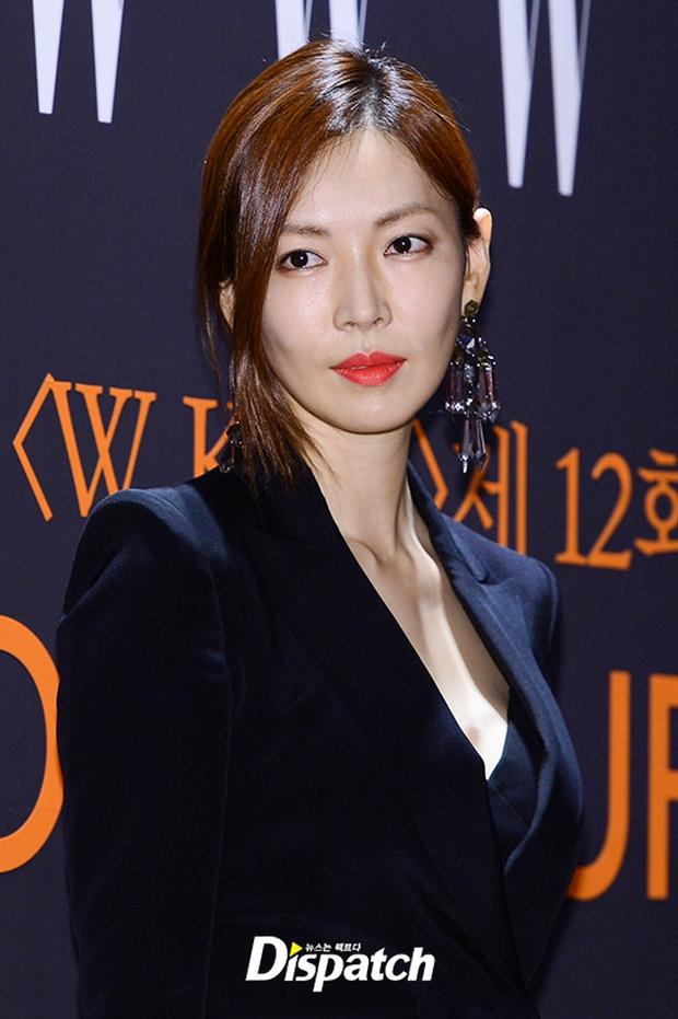 """Sự kiện hiếm có: """"Mẹ Kim Tan"""" Kim Sung Ryung hở bạo, cùng dàn mỹ nhân không tuổi thay nhau """"đè bẹp"""" các nhan sắc đàn em - Ảnh 27."""