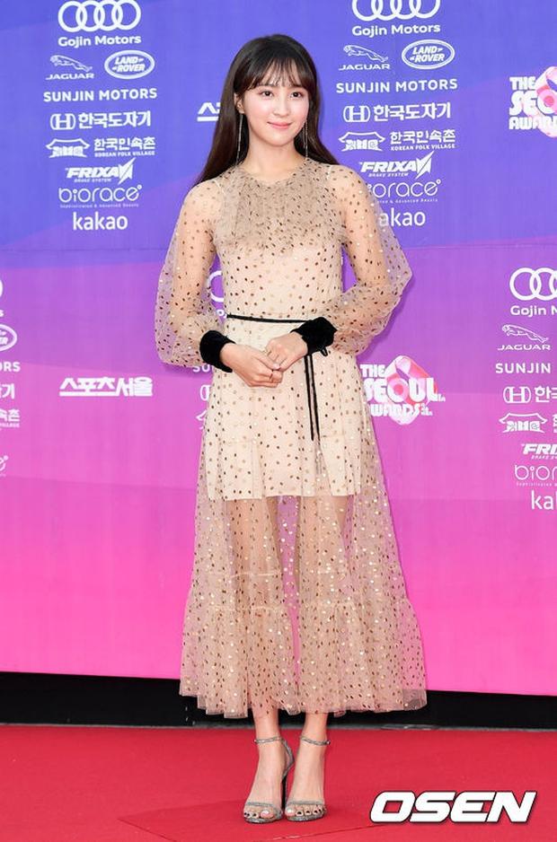 """Thảm đỏ The Seoul Awards: """"Hoa hậu Hàn đẹp nhất thế giới"""" chiếm hết spotlight, Yoona (SNSD) liên tục dùng tay che vòng 1 khiêm tốn - Ảnh 28."""