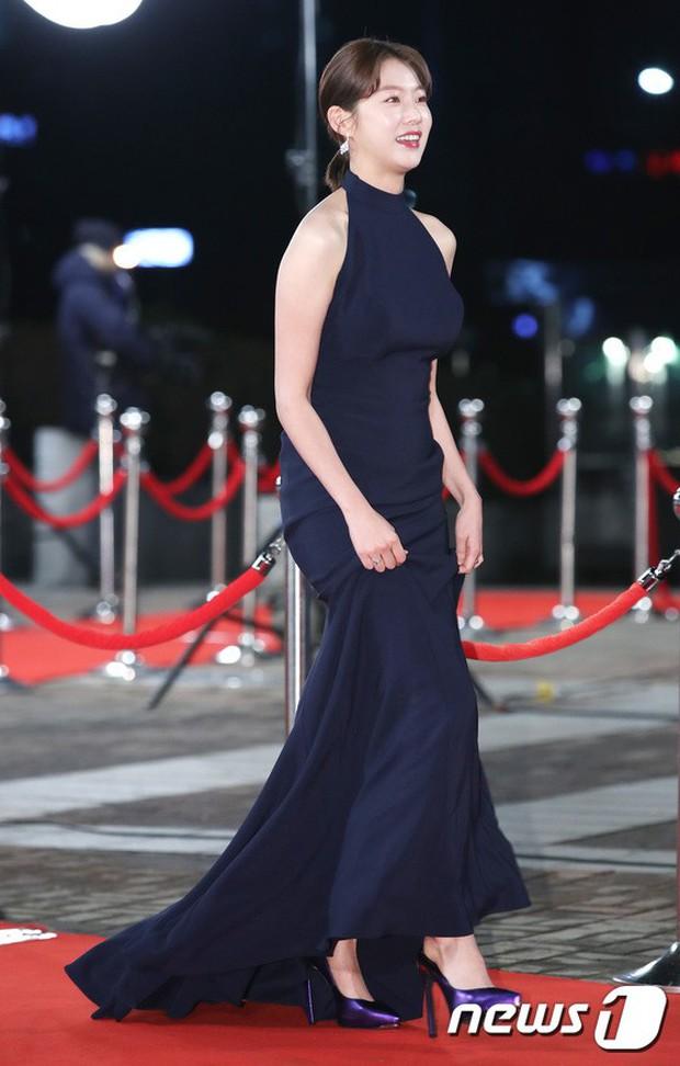Thảm đỏ KBS Drama Awards: Kim Ji Won gây sốc.. vì quá đẹp, Jang Nara đọ sắc với Kim So Hyun và dàn chị đại không tuổi - Ảnh 29.