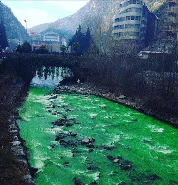 Đằng sau con sông màu xanh tưởng chừng bị ô nhiễm nặng là sự thật không ai ngờ - Ảnh 2.
