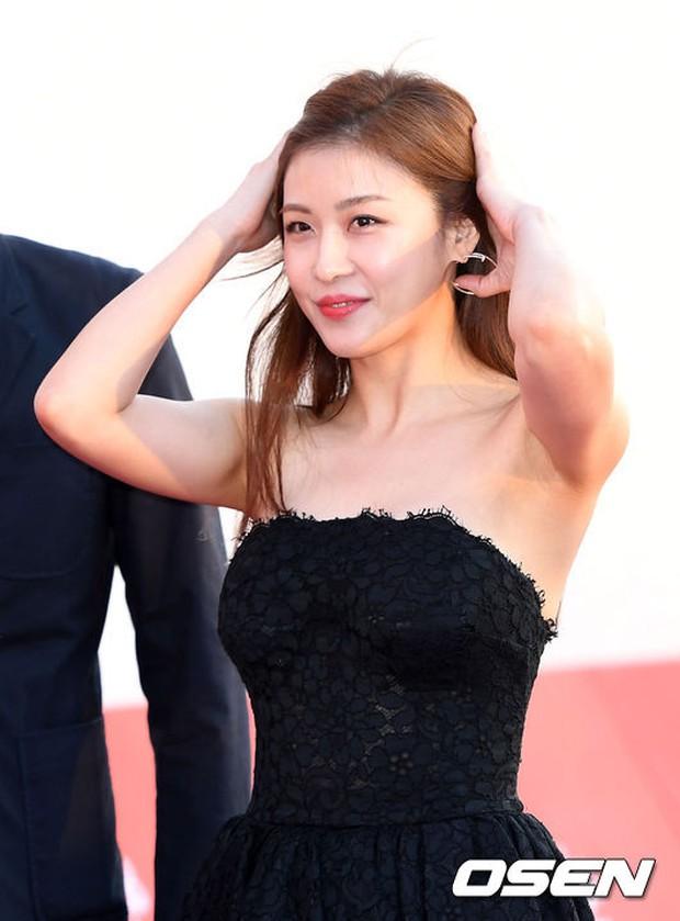 Thảm đỏ liên hoan phim quốc tế gây chú ý với màn đọ sắc của loạt mỹ nhân không tuổi đình đám xứ Hàn - Ảnh 4.