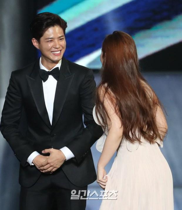 Khi mọi người chú ý vào thảm đỏ Baeksang, có một Kim Yoo Jung thầm lặng chỉnh áo cho Park Bo Gum - Ảnh 5.