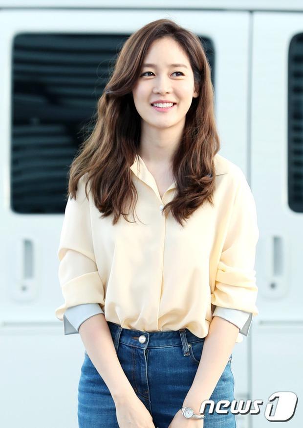 Nữ thần Kpop hai thế hệ đọ sắc: Sung Yuri U40 vẫn trẻ trung, Irene kém 10 tuổi cũng lép vế - Ảnh 4.
