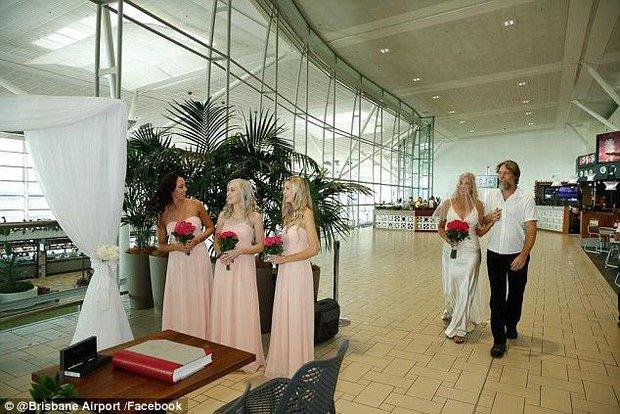 Bất chấp đám đông hỗn loạn do trục trặc kỹ thuật, một cặp đôi đã tổ chức lễ cưới ngay tại sân bay của Úc - Ảnh 4.