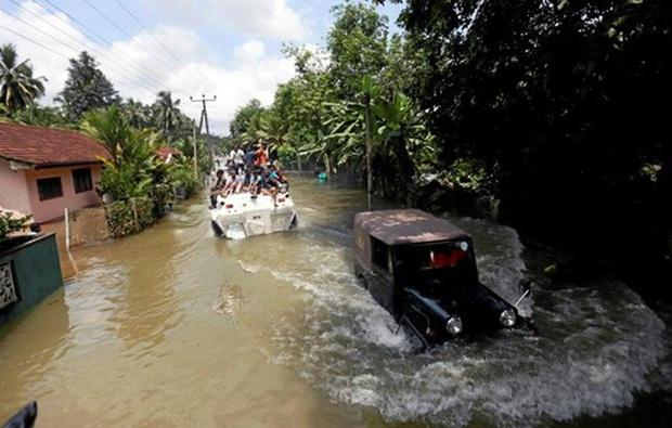 Lũ lụt lịch sử, người dân sơ tán trên xe bọc thép - Ảnh 4.
