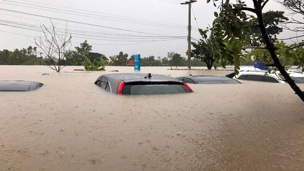 Loạt ảnh đáng sợ về thảm cảnh ngập lụt đang khiến người dân Thái Lan khốn đốn - Ảnh 5.