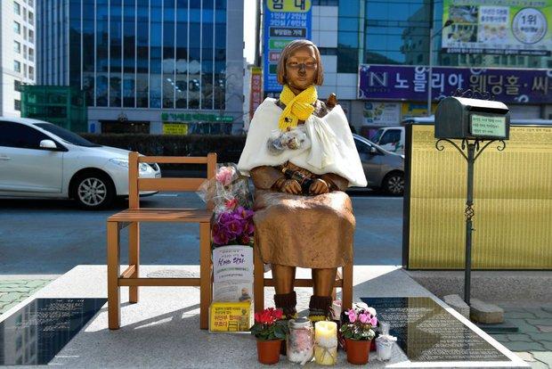 Câu chuyện buồn phía sau bức tượng người phụ nữ trên những chuyến xe buýt ở Hàn Quốc - Ảnh 4.