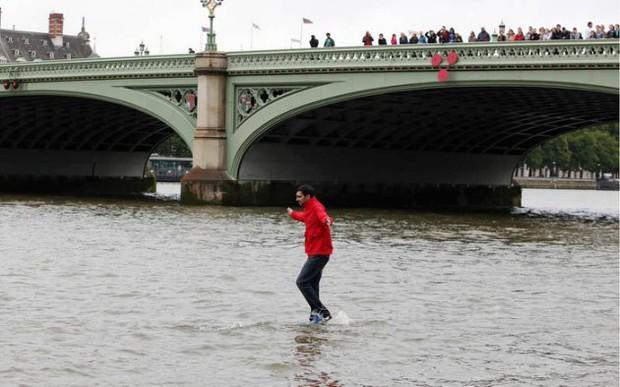 Lật tẩy màn ảo thuật bước đi trên mặt nước khiến người xem phải há hốc mồm - Ảnh 3.