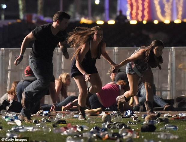 Không chỉ lấy thân làm lá chắn trong vụ xả súng Las Vegas, chàng trai này còn có hành động khiến nhiều người khâm phục - Ảnh 4.