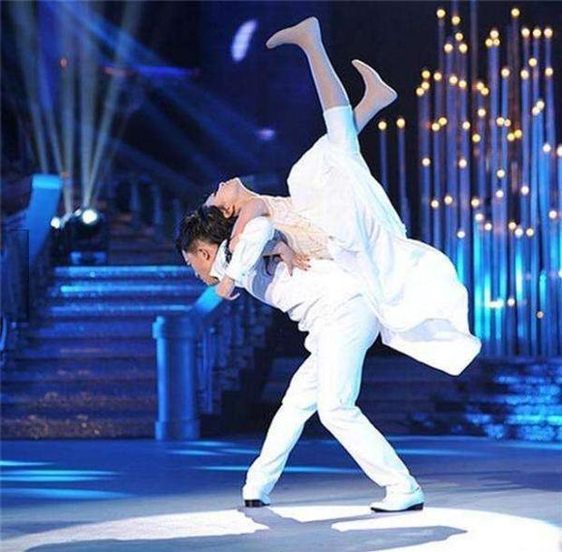 Cuộc đời đầy bão giông của vũ công xinh đẹp: Mất con, bị cưa chân, còn bị chồng bỏ rơi - Ảnh 4.