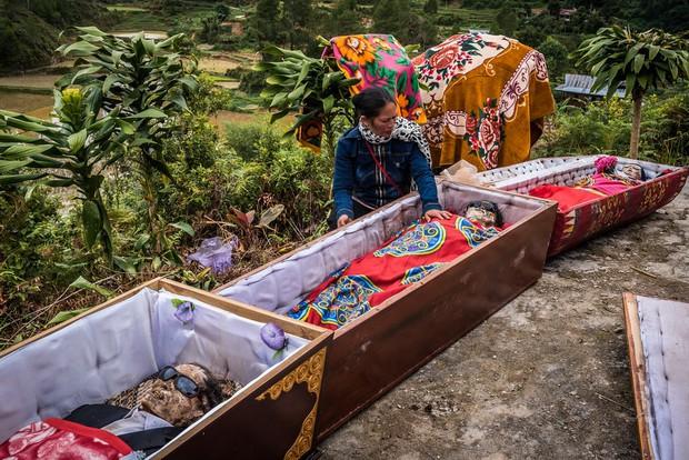 Ăn chung mâm, ngủ chung nhà với thi thể suốt cả năm trời: Những tập tục rùng rợn nhất ở Indonesia - Ảnh 4.