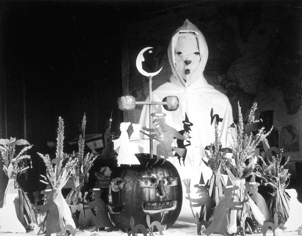 Những bộ hóa trang ám ảnh đến rùng rợn: Halloween ngày xưa kinh dị hơn giờ gấp nhiều lần - Ảnh 4.