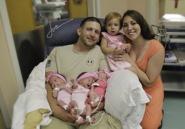 Bộ ảnh dễ thương của 3 bé sinh ba tự nhiên hiếm gặp trên thế giới - Ảnh 4.