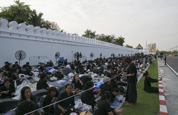 Thái Lan: Quân đội nấu ăn cho người dân đến viếng Quốc vương - Ảnh 4.