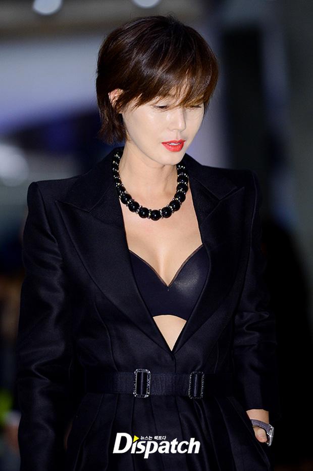 """Sự kiện hiếm có: """"Mẹ Kim Tan"""" Kim Sung Ryung hở bạo, cùng dàn mỹ nhân không tuổi thay nhau """"đè bẹp"""" các nhan sắc đàn em - Ảnh 4."""
