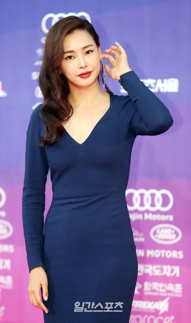 """Thảm đỏ The Seoul Awards: """"Hoa hậu Hàn đẹp nhất thế giới"""" chiếm hết spotlight, Yoona (SNSD) liên tục dùng tay che vòng 1 khiêm tốn - Ảnh 4."""