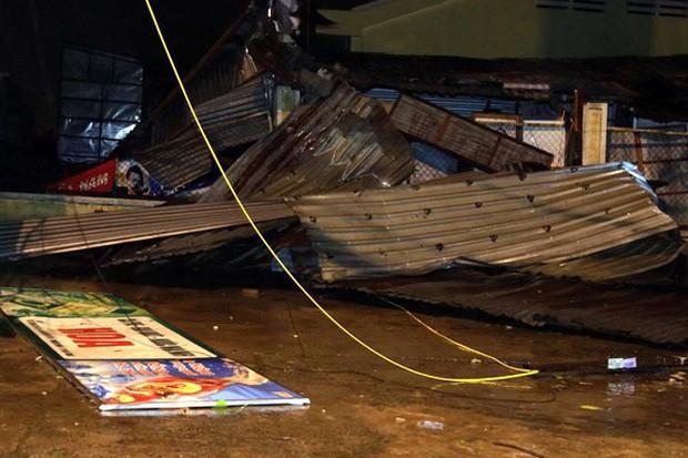 Bão số 12 đã đổ bộ vào đất liền: Hàng nghìn nhà dân ở Khánh Hòa bị sập tường, bay mái - Ảnh 5.