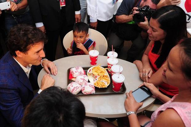 Thủ tướng điển trai Justin Trudeau đi mua gà rán, nước dâu tây và vui vẻ selfie với người hâm mộ tại Philippines - Ảnh 3.