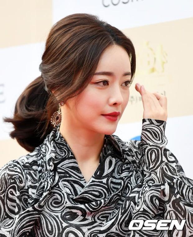 Thảm đỏ Liên hoan phim: Em trai Kim Tae Hee tái xuất, Phạm Băng Băng Hàn Quốc diện đầm khó hiểu bên Eunjung - Ảnh 4.