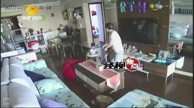 Trung Quốc: Vừa thuê bảo mẫu về không lâu, người mẹ bất chợt xem camera phát hiện con mình bị bạo hành - Ảnh 4.