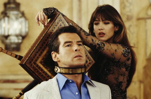 Sau nỗi đau mất vợ con, tài tử Điệp viên 007 tìm được tình yêu mới và họ yêu nhau suốt 23 năm dù cô ấy béo, xấu thế nào - Ảnh 4.