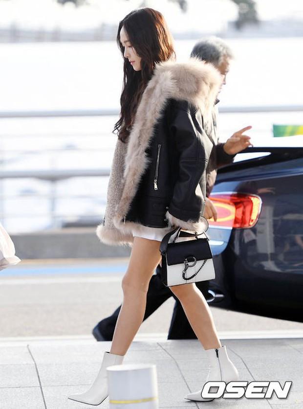 Jessica trở lại thời kỳ đỉnh cao nhan sắc nhưng lại lộ chân tong teo, Sunmi cùng dàn sao Hàn đổ bộ sân bay - Ảnh 4.