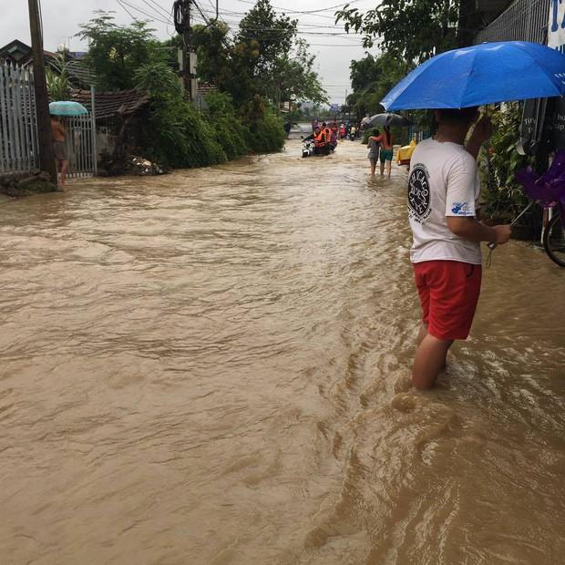 Mưa lớn kéo dài 2 ngày, nhiều khu vực tại thành phố Nha Trang ngập sâu - Ảnh 4.