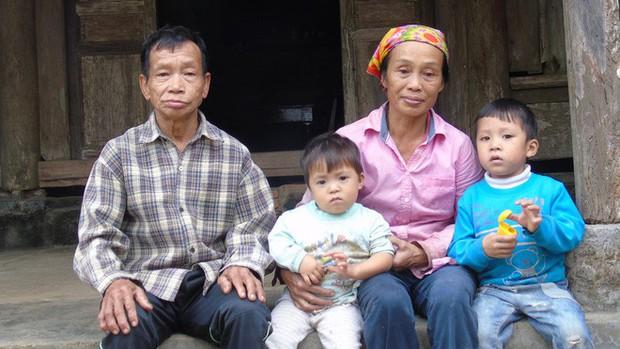 Cha mẹ bỏ rơi từ thuở lọt lòng, hai đứa trẻ ngày ngày đi nhặt phế liệu kiếm sống, gặp ai cũng cho bế và gọi mẹ - Ảnh 4.