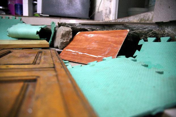 Hà Nội: Hàng chục người tháo chạy vì nền nhà sụt lún, nổ lớn trong đêm - Ảnh 4.