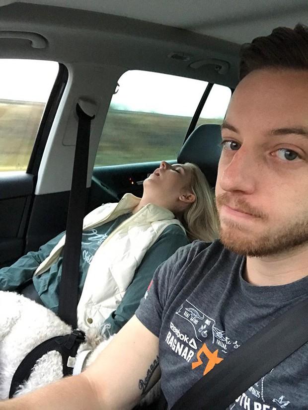 Ông chồng có tâm nhất năm: Cứ nhằm lúc vợ ngủ ngáy trên xe là chụp ảnh rồi khoe khắp mạng xã hội - Ảnh 4.