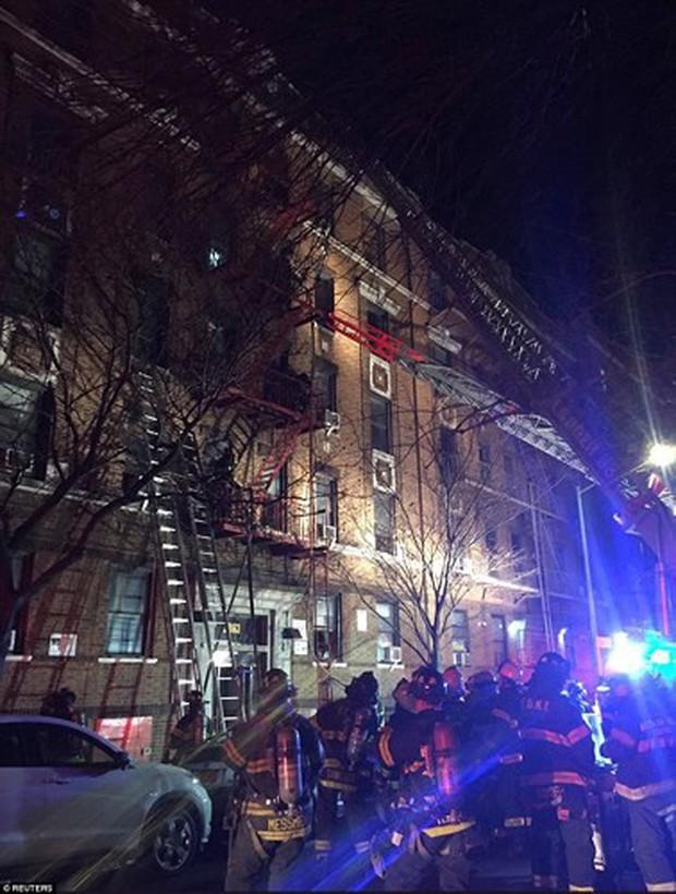Hiện trường vụ cháy kinh hoàng làm 12 người chết ở New York (Mỹ) - Ảnh 4.