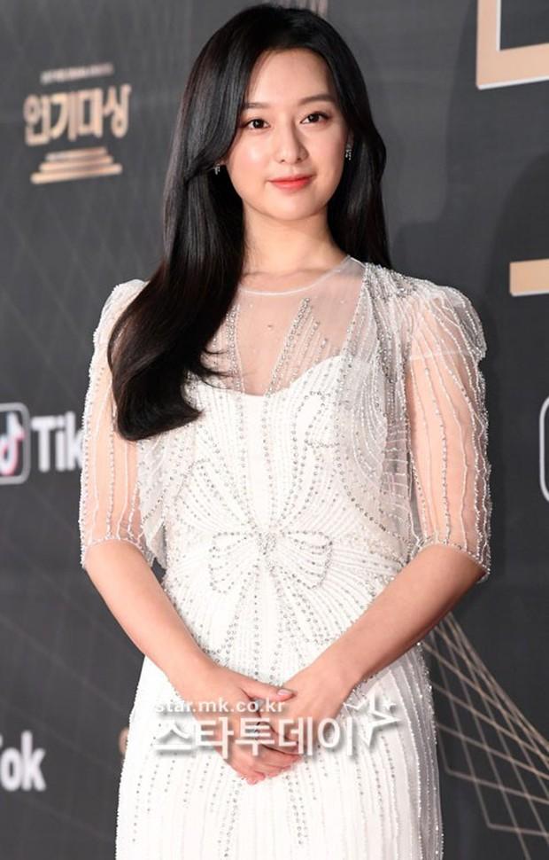 Thảm đỏ KBS Drama Awards: Kim Ji Won gây sốc.. vì quá đẹp, Jang Nara đọ sắc với Kim So Hyun và dàn chị đại không tuổi - Ảnh 4.