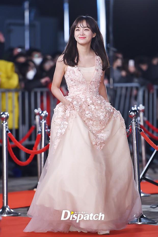 Thảm đỏ KBS Drama Awards: Kim Ji Won gây sốc.. vì quá đẹp, Jang Nara đọ sắc với Kim So Hyun và dàn chị đại không tuổi - Ảnh 31.