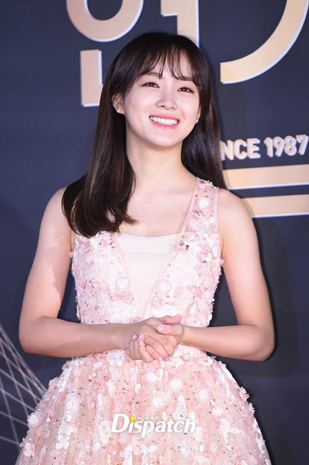 Thảm đỏ KBS Drama Awards: Kim Ji Won gây sốc.. vì quá đẹp, Jang Nara đọ sắc với Kim So Hyun và dàn chị đại không tuổi - Ảnh 32.